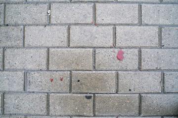 Пятна крови на мокрой плитке