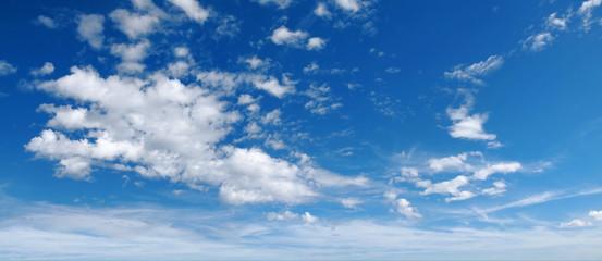 Blauer Himmel mit leichter Bewölkung