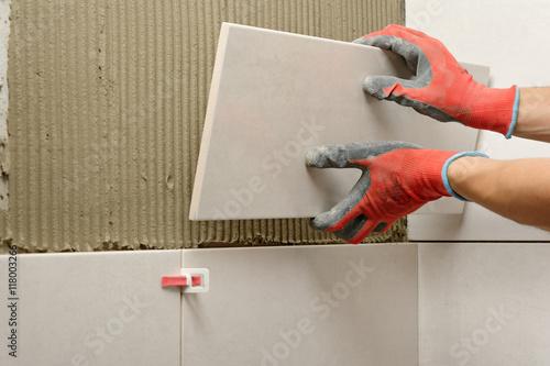 Remont azienki uk adanie p ytek zdj stockowych i - Pose de carrelage mural dans une salle de bain ...