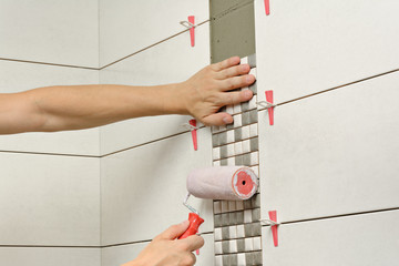 Remont łazienki, układanie mozaiki