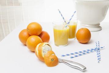 Orangen und Orangensaft gehören zu jedem guten Frühstück.