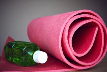 Tappeto yoga e pesi per allenarsi in palestra