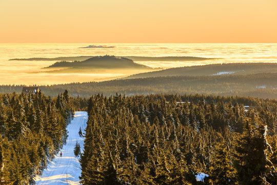 Übergang zum Himmel - Berge im Nebel