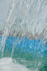 Непрерывный поток воды течет в бассейне