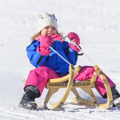 pure Lebensfreude beim Schlittenfahren im Winter