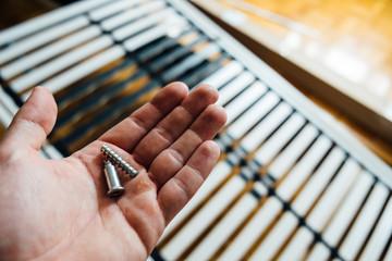 Ersatzteile in einer Hand zur Montage