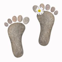 Füße mit Kamillenblüte, Steine