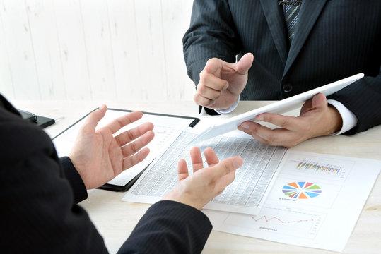 ビジネスイメージ―タブレットを用いた会議風景