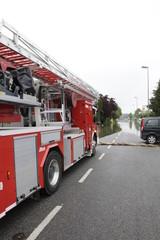 Hochwasser, die Feuerwehr hilft
