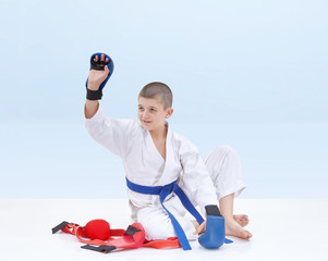 With a blue belt athlete raised his hand in greeting