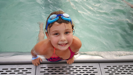 petite fille a la piscine