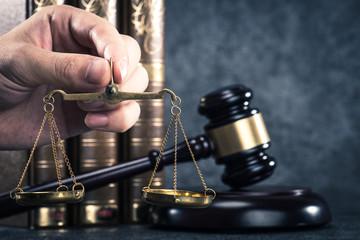 金の天秤と法律