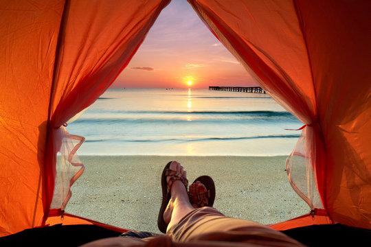 Ausblick aufs Meer, Sonnenaufgang im Zelt