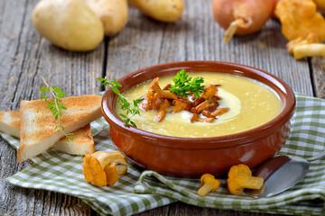 Cremige Kartoffelsuppe mit frischen Pfifferlingen und Creme fraiche - Cream of potato soup with fresh chanterelles and creme fraiche