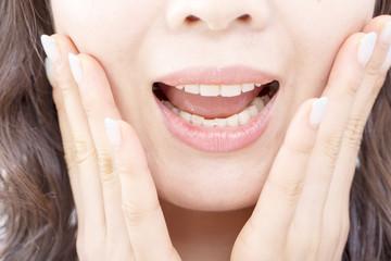 顔アップ 口もと 驚く 叫ぶ 汎用 ミドル女性 美容 ネイル 目線なしボディパーツ
