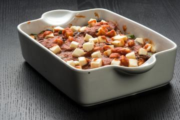Parmigiana di melanzane  nella teglia pronta per  la  cottura in  forno