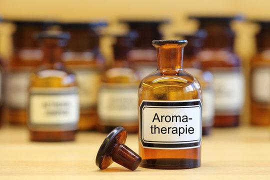 Fläschchen mit Aufschrift: Aromatherapie