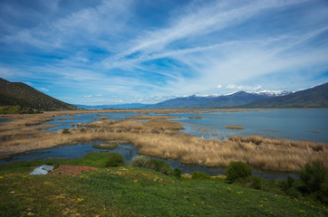 Poster Bleu A scenic view of the mountains and Lake Prespa, Greece