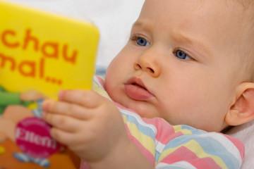 Baby schaut sich ein Buch an