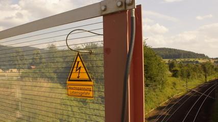 """Schild Kombination""""Vorsicht Hochspannung, Lebensgefahr"""" an einer Bahnlinie"""