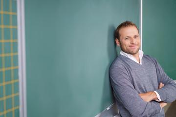 zufriedener lehrer in der schulklasse