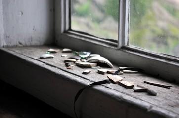 Vieux pot cassé à la fenêtre