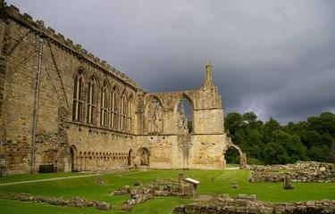 Exterior Bolton Abbey con cielo gris