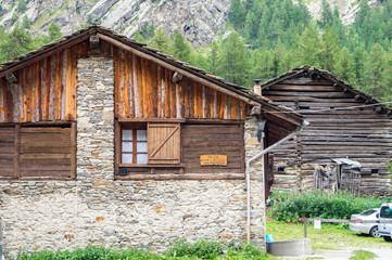 Casolare, chalet in legno in alta montagna, chalet vecchia casa sulle alpi, chalet in legno, casa di pietra montagna di sfondo