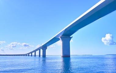 Foto op Aluminium Brug 海上から見た伊良部大橋