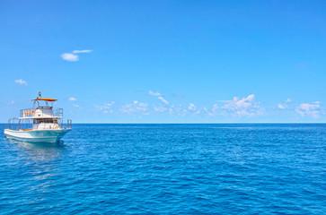 宮古島 中の島海岸に停泊するダイバー船
