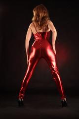 sexy rothaarige Frau im roten Outfit