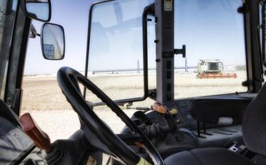 Recogiendo cosecha de cereales con tractor cosechadora