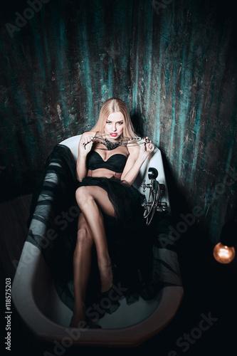 Девушка лежит в одежде фото фото 444-207