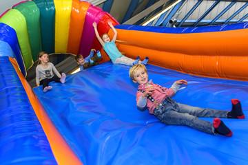 mehrere Kids auf einer aufblasbaren Rutsche