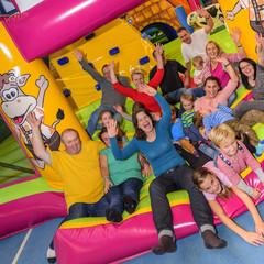 Begeisterte Gruppe im Freizeitpark
