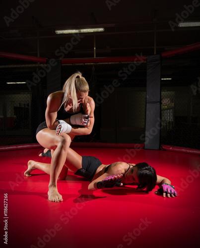 девушки борются на ринге