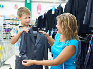 Mom chooses suit for little son