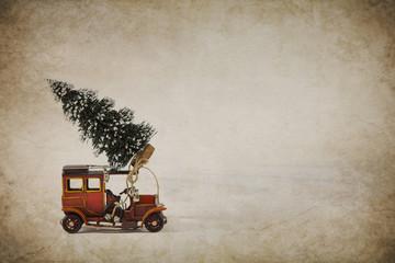Altes Blech Kinderauto im Nostalgie Look mit Weihnachtsbaum auf Holz Hintergrund