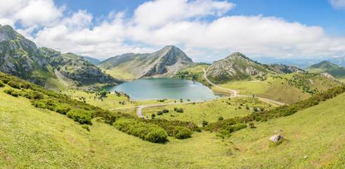 Lago de la Ercina Bergsee im Parque Nacional de los Picos de Europa (Picos d'Europa) Asturies...