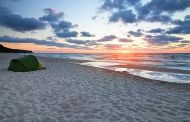 Zachód słońca na plaży morze Bałtyckie