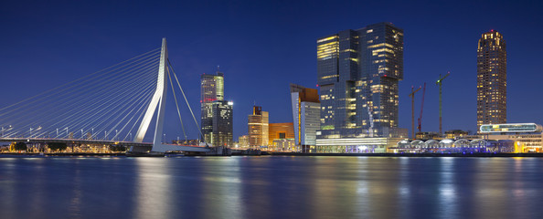Papiers peints Rotterdam Rotterdam Panorama. Panoramic image of Rotterdam, Netherlands during twilight blue hour.