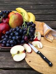 Frisches Obst mit Äpfeln und Weintrauben