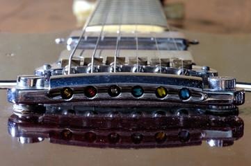 Gitarrensteg, Pickup und Saiter einer E-Gitarre