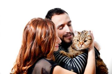 Joven pareja feliz con su gato, animales domésticos. Estilo de vida