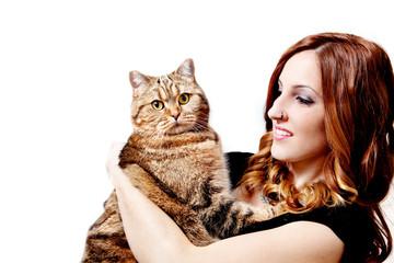 Hermosa chica con su gato en el fondo blanco. Animales domésticos. Estilo de vida