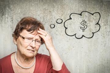 Junge Frau denkt an Geld