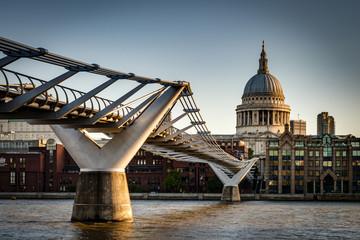 St. Paul's Cathedral and Millennium Bridge, officially known as the London Millennium Footbridge, across the river Thames Fototapete