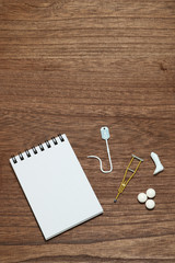 ギブスと点滴のミニチュアと薬とメモ けが 病気 医療 保険 イメージ