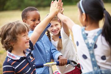 Glückliche Kinder machen High Five