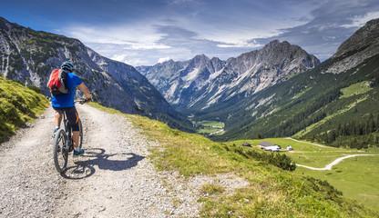 Mountainbiker mit Ebike in den Alpen